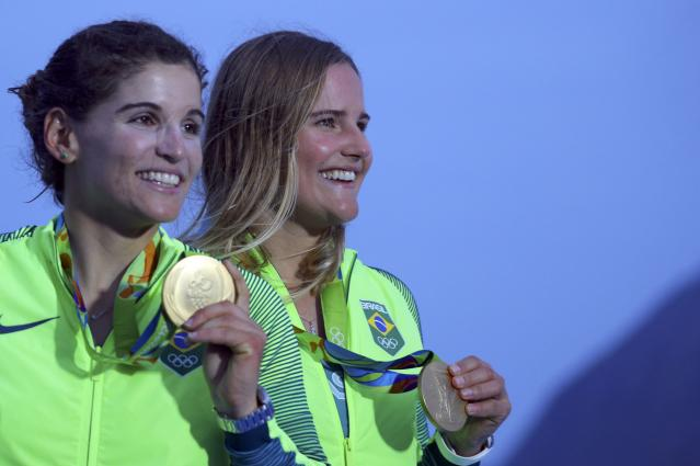 2016 Rio Olympics - Sailing - Victory Ceremony - Women's Skiff - 49er FX - Victory Ceremony - Marina de Gloria - Rio de Janeiro, Brazil - 18/08/2016. Gold medalists Martine Grael (BRA) of Brazil and Kahena Kunze (BRA) of Brazil pose with their medals. REUTERS/Brian Snyder FOR EDITORIAL USE ONLY. NOT FOR SALE FOR MARKETING OR ADVERTISING CAMPAIGNS.