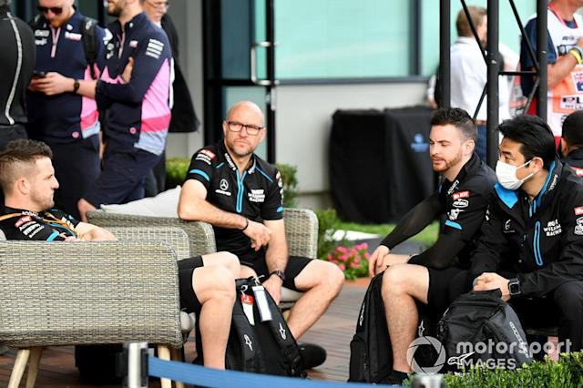 "Los mecánicos de Williams en el paddock <span class=""copyright"">Mark Sutton / Motorsport Images</span>"