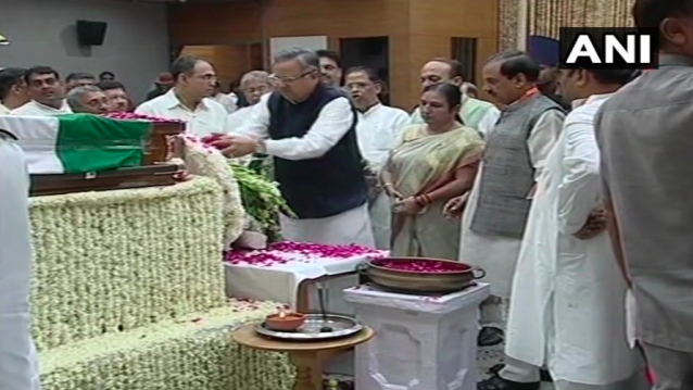 <p>Chhatisgarh chief minister Raman Singh paying tribute to Vajpayee at the BJP headquarters.. </p>