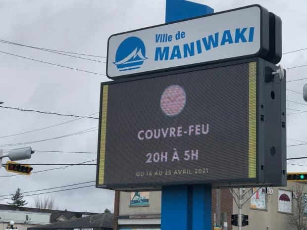 A sign advertising the curfew in Maniwaki, Que., in April 2021.