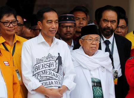 Indonesian President Joko Widodo (L) and his running mate for the 2019 presidential elections Islamic cleric Ma'ruf Amin (R) meet supporters in Jakarta, Indonesia August 10, 2018. REUTERS/Darren Whiteside