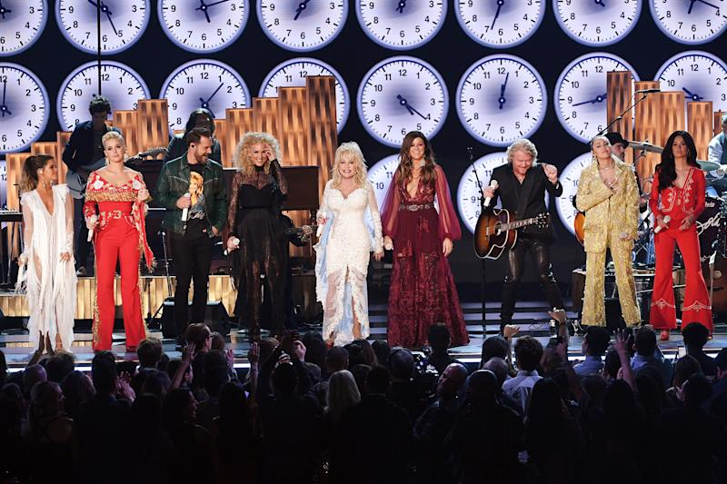 Miley Cyrus Kacey Musgraves More Bring Audience To Their Feet With Dolly Parton Grammys Tribute