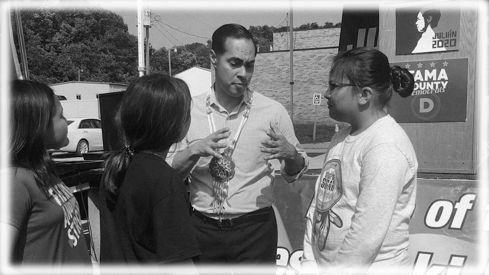 Julián Castro talks with youth at a campaign stop on the Meskwaki Settlement in Iowa in July 2019. (Photo: Julián Castro via Twitter; digitally enhanced by Yahoo News)