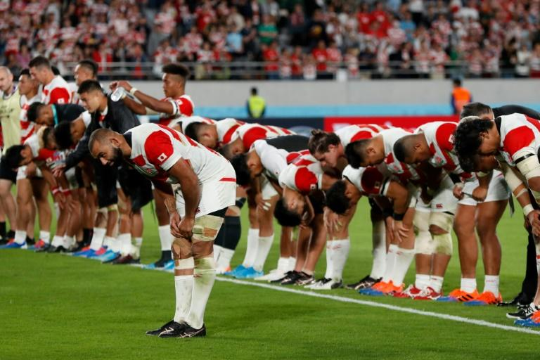 Japan captain Michael Leitch leads his team in bowing to the Tokyo crowd after losing to South Africa