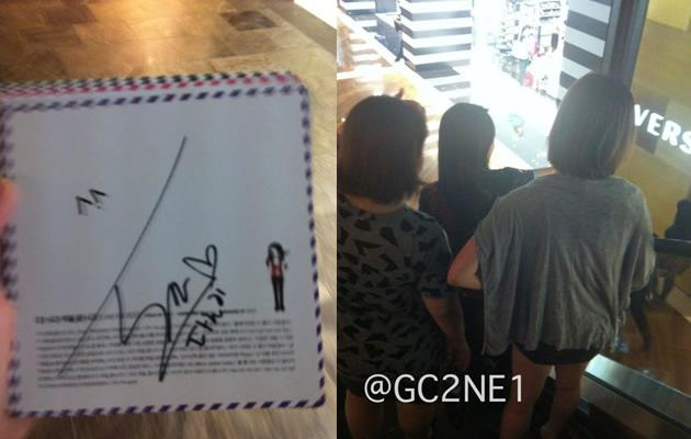 Fan GC2NE1 managed to get an autograph (left) from Sandara and snap a photo of the star herself (Photo from GC2NE1's Twitter)