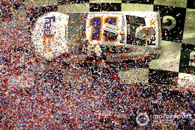 "Denny Hamlin, Joe Gibbs Racing, Toyota Camry FedEx Express celebra en victory lane <span class=""copyright"">Russell LaBounty / NKP / Motorsport Images</span>"