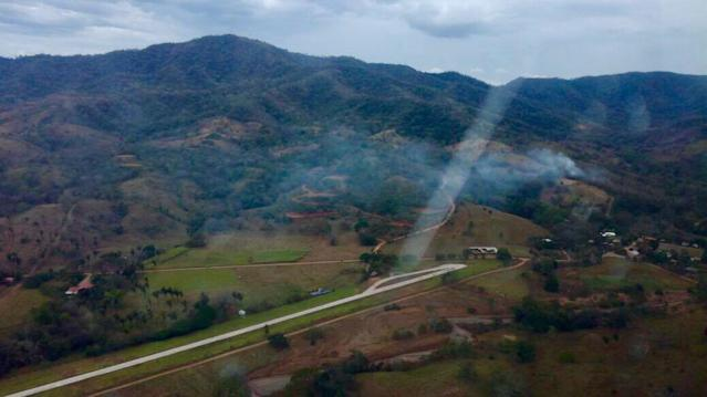 <p>This photo released by Costa Rica's Public Safety Ministry shows smoke rising from the site of a plane crash near an air strip in Punta Islita, Guanacaste, Costa Rica, Sunday, Dec. 31, 2017. (Photo: Costa Rica's Public Safety Ministry via AP) </p>