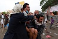 A Yemeni protester is evacuated as he suffers from tear gas inhalation during clashes between riot police and Shiite Huthi rebels on September 7, 2014 in Sanaa (AFP Photo/Mohammed Huwais)