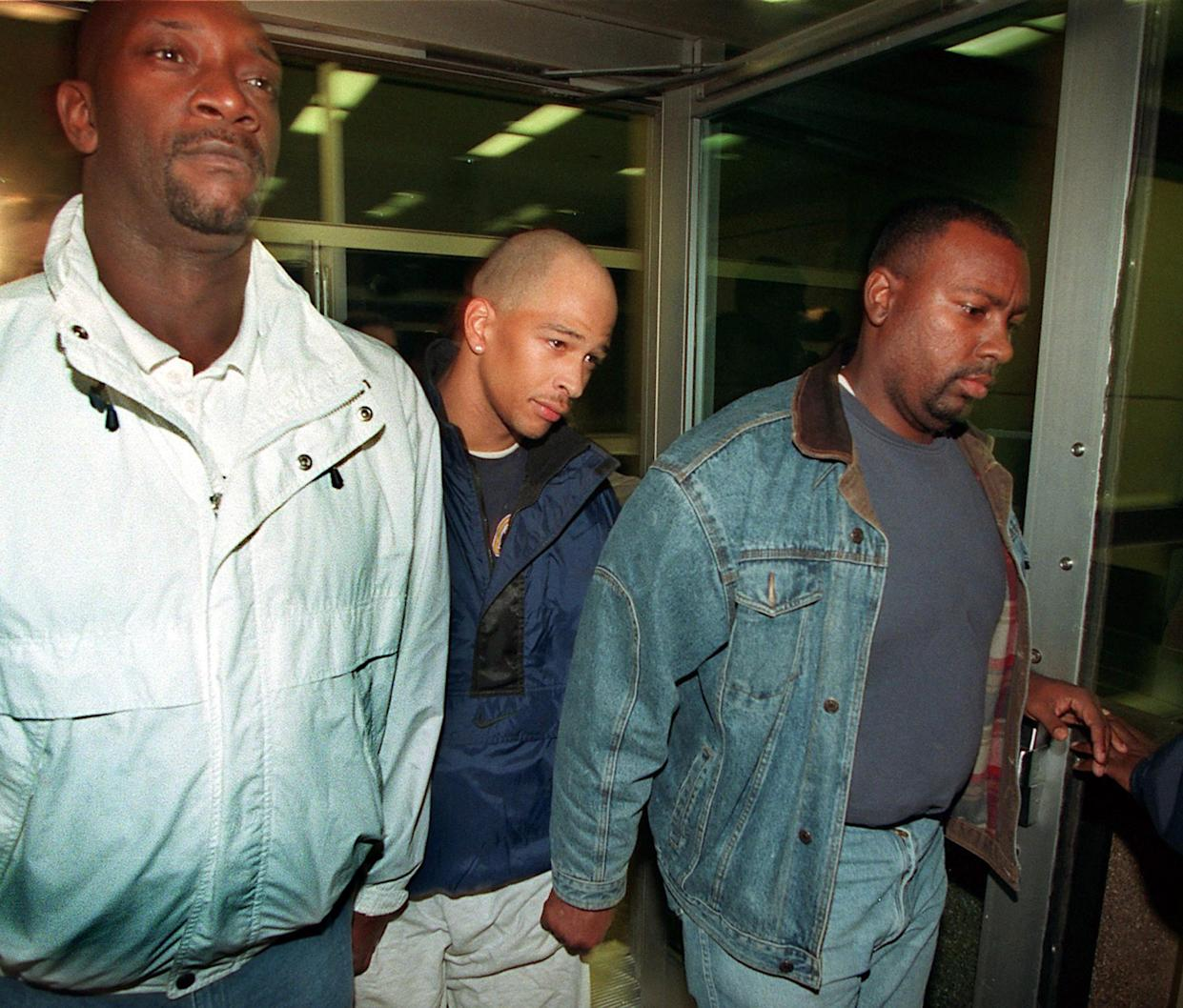 Rae Carruth, center, walks away from the Mecklenburg County Jail after making bond on Dec. 6, 1999, in Charlotte, North Carolina. (Getty)