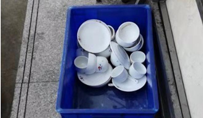 Restaurant staff were caught using water from puddles to wash the dishes. Photo: Weibo