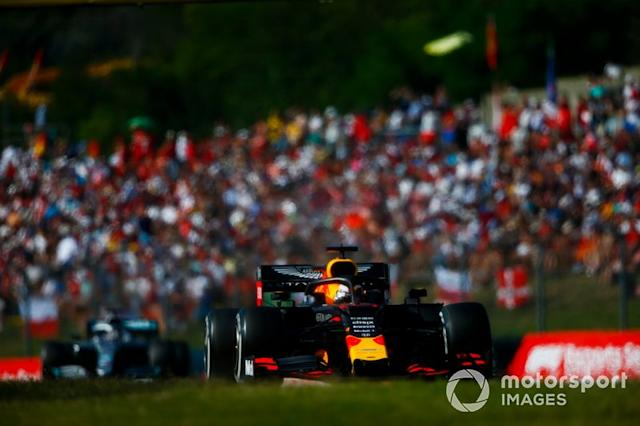 """Max Verstappen, Red Bull Racing RB15, lidera a Lewis Hamilton, Mercedes AMG F1 W10 <span class=""""copyright"""">Andrew Hone / LAT Images</span>"""
