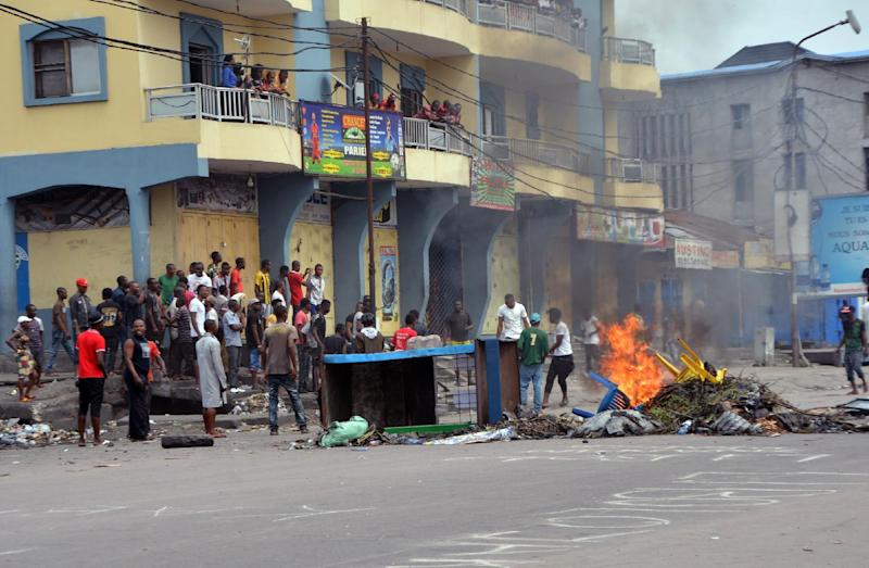 Democratic Republic of Congo protesters block a street in Kinshasa, on January 19, 2015, as they protest against moves to allow President Joseph Kabila to extend his hold on power (AFP Photo/Papy Mulongo)
