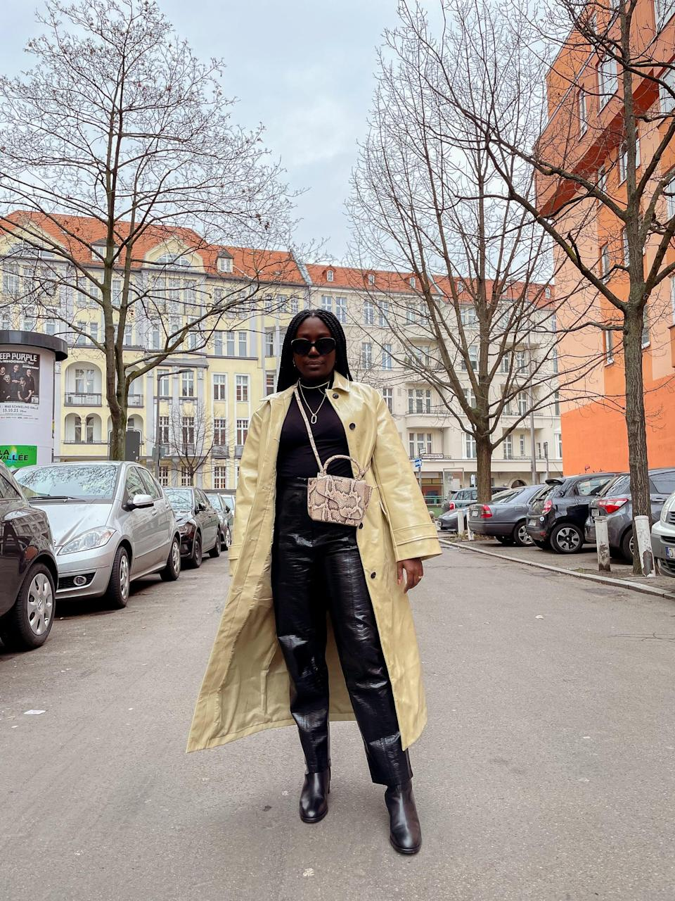 <p>If you love wearing all black but want to make your look more interesting, simply add a contrasting coat and printed bag.</p>