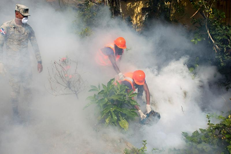 Dominican Air Force personnel fumigate various locations in Santo Domingo against mosquitoes carrying the Zika virus, on January 23, 2016 (AFP Photo/Erika Santelices)