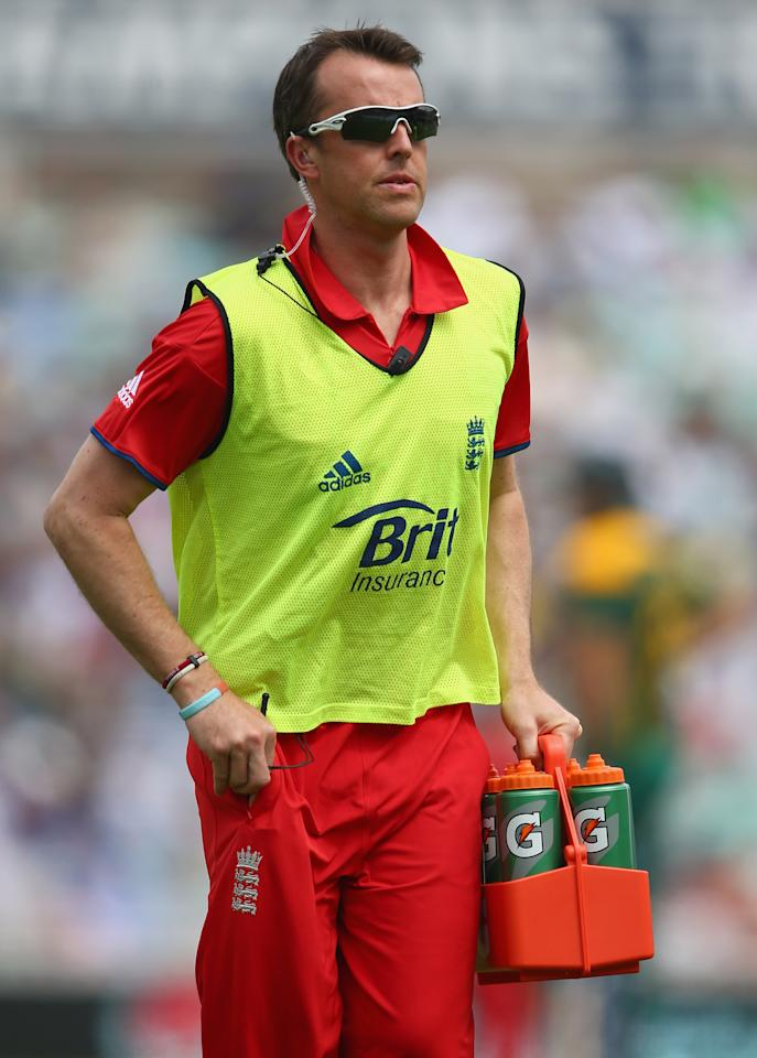 LONDON, ENGLAND - JUNE 19:  Graeme Swann of England brings on the drinks at the drinks break during the ICC Champions Trophy Semi-Final match between England and South Africa at The Kia Oval on June 19, 2013 in London, England.  (Photo by Paul Gilham/Getty Images)