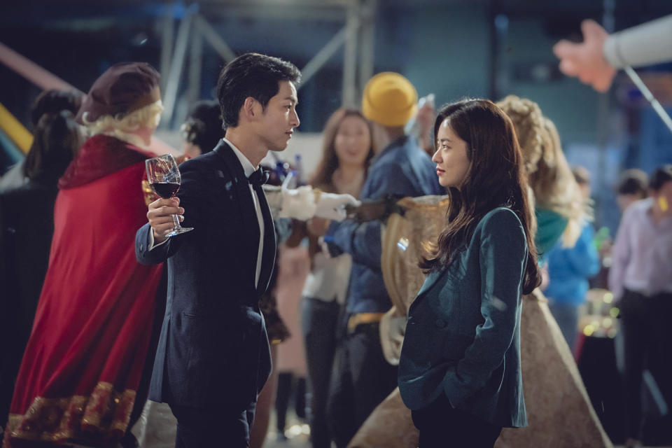 The feisty Jeon Yeo Bin as Hong Cha Young (right) takes the lead as Song Joon Ki (left) is content to sit back in a more muted role