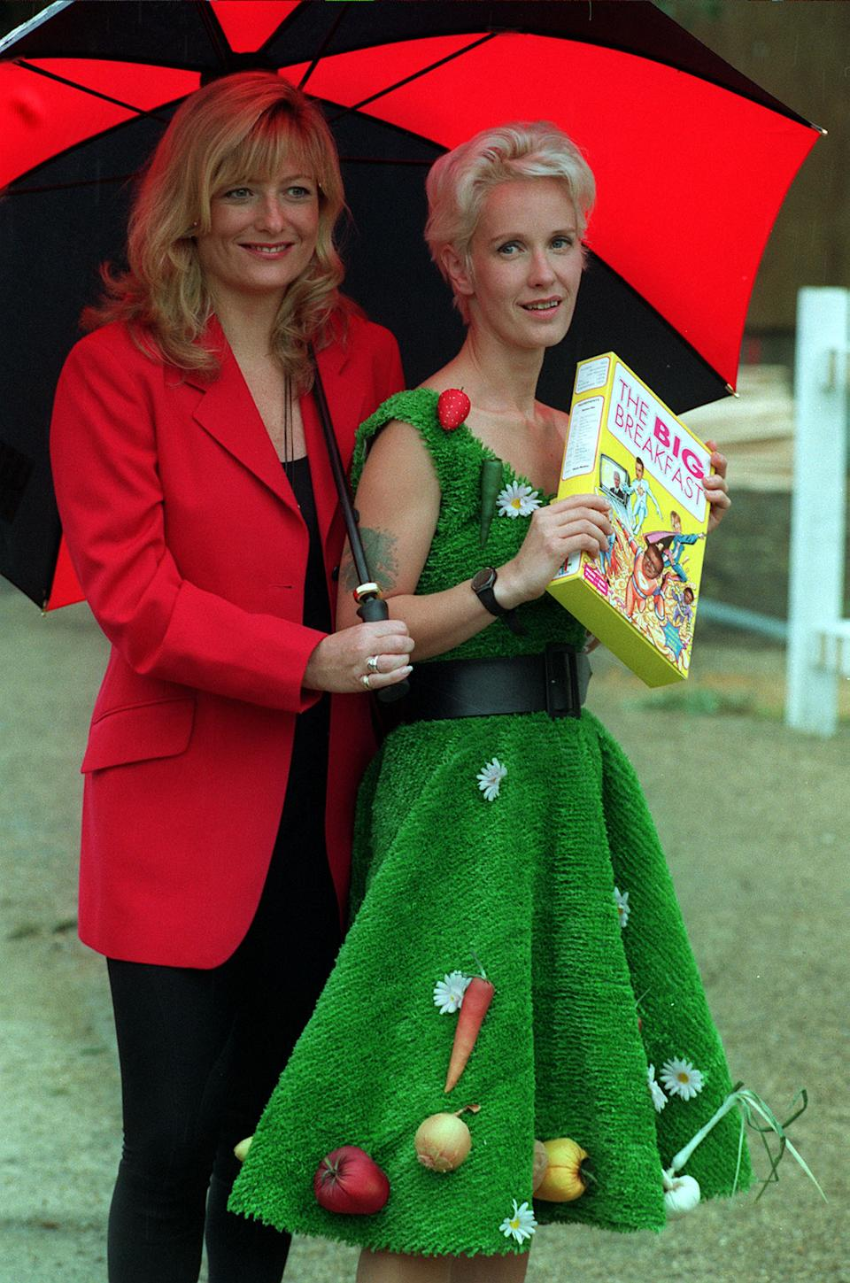 Gaby Roslin and Paula Yates outside the Big Breakfast studio in north east London.  The Big Breakfast is the new channel 4 breakfast programme.  *  17/9/2000: 41 year old Yates has died, her solicitor Anthony Burton confirmed Sunday September 17 2000. Scotland Yard said officers were called to an address in St Luke's Mews, Notting Hill, west London, this morning by an ambulance crew. The spokesman said a body was found in a bedroom and the cause of death will not be known until the post mortem.   (Photo by Neil Munns - PA Images/PA Images via Getty Images)
