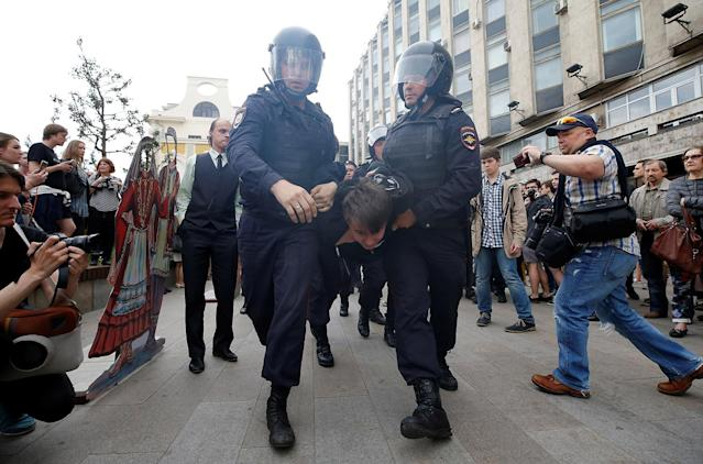 <p>Riot police detain a demonstrator during an anti-corruption protest organised by opposition leader Alexei Navalny, on Tverskaya Street in central Moscow, Russia June 12, 2017. (Maxim Shemetov/Reuters) </p>