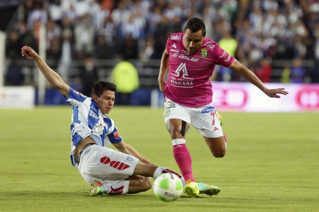 Edwin Hernadez (R) of Leon battles for the ball with Hirving Lozano of Pachuca during their Mexican league championship final soccer match at the Hidalgo stadium in Pachuca May 18, 2014. REUTERS/Edgard Garrido (MEXICO - Tags: SPORT SOCCER)