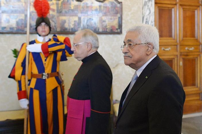 Palestinian authority President Mahmud Abbas (R) arrives for a private audience with Pope Francis at the Vatican on May 16, 2015 (AFP Photo/Alberto Pizzoli)
