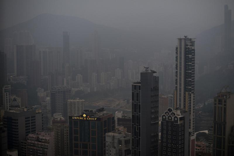 Smog haze hangs over the downtown business districts of Hong Kong on December 10, 2013 (AFP Photo/Alex Ogle)