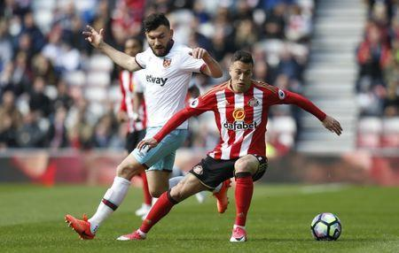 Britain Soccer Football - Sunderland v West Ham United - Premier League - Stadium of Light - 15/4/17 West Ham United's Robert Snodgrass in action with Sunderland's Javi Manquillo Action Images via Reuters / Ed Sykes Livepic