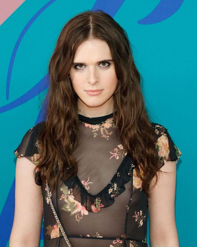 <p>Model Hari Nef's middle-parted brunette strands bring an edgy flair to her look. (Photo by Taylor Hill/FilmMagic) </p>