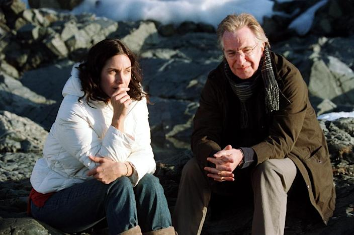 """British actor Alan Rickman with US actress Carrie-Anne Moss on the set of """"Snow Cake"""" in 2006 (AFP Photo/)"""