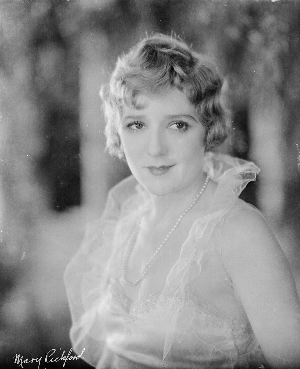 <p>Silent film star Mary Pickford proves simplicity is key as she sports a single, long strand of pearls in the film, <em>Secrets</em>. </p>