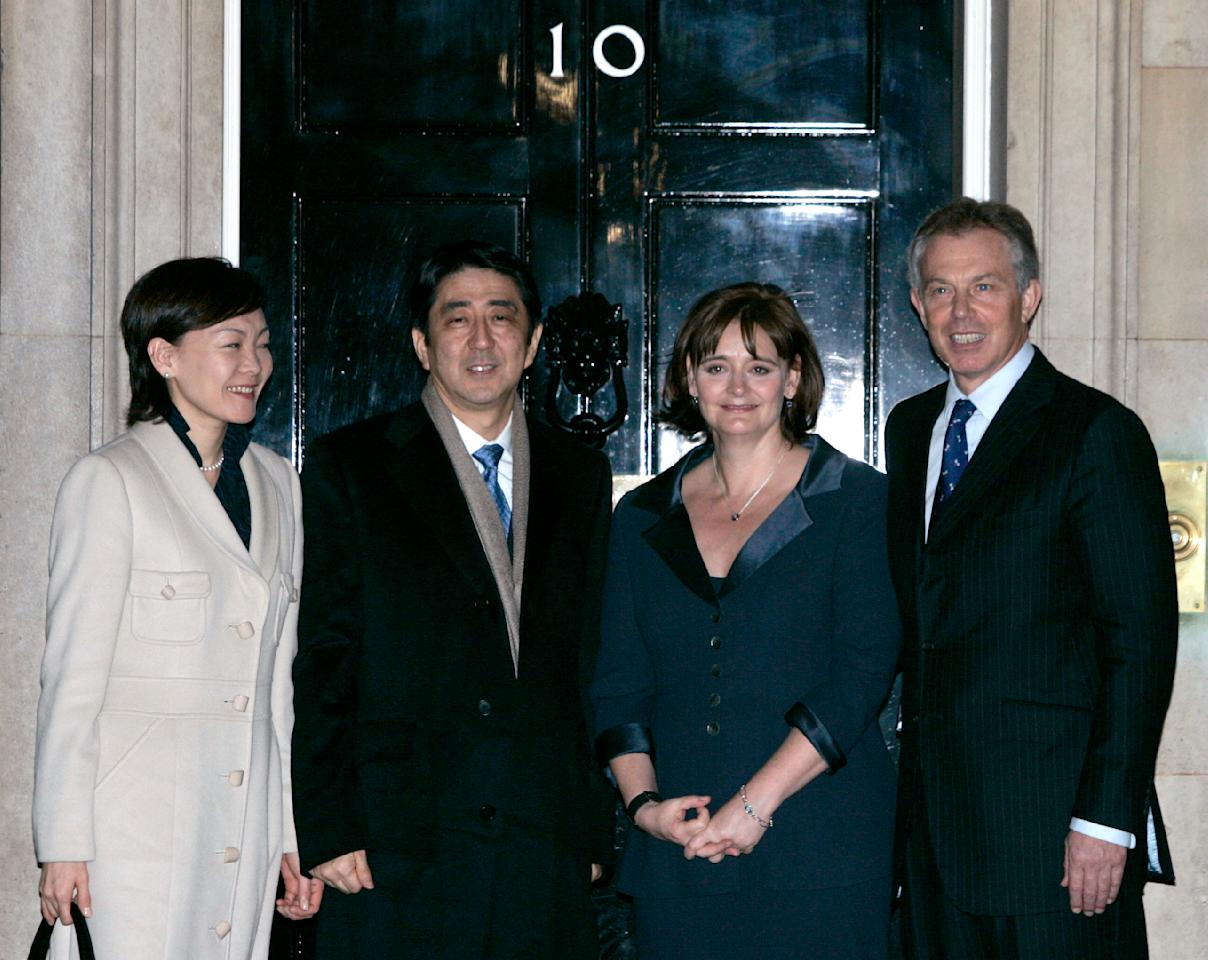 Britain's Prime Minister Tony Blair (R) and wife Cherie (2nd R) greet Japan's Prime Minister Shinzo Abe and his wife Akie on the doorstep of 10 Downing Street in London January 9, 2007.  REUTERS/Luke MacGregor (BRITAIN)