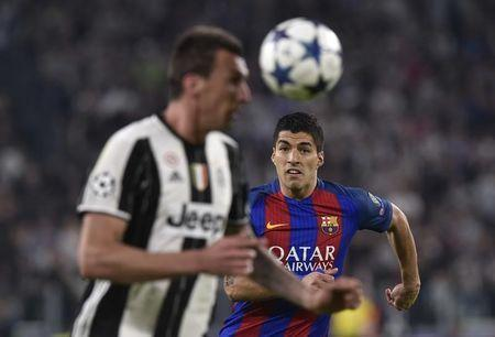 Football Soccer - Juventus v FC Barcelona - UEFA Champions League Quarter Final First Leg - Juventus Stadium, Turin, Italy - 11/4/17 Barcelona's Luis Suarez in action with Juventus' Mario Mandzukic Reuters / Giorgio Perottino Livepic