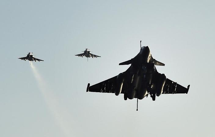 French Rafale fighter aircrafts come back aboard the French Charles-de-Gaulle aircraft carrier, after flights on November 23, 2015 (AFP Photo/Anne-Christine Poujoulat)