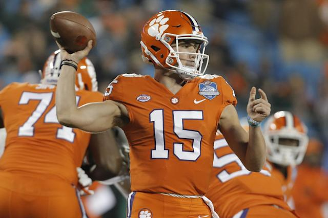 "Clemson's <a class=""link rapid-noclick-resp"" href=""/college-football/players/276275/"" data-ylk=""slk:Hunter Johnson"">Hunter Johnson</a> (15) looks to pass against Miami during the second half of the Atlantic Coast Conference championship NCAA college football game in Charlotte, N.C., Saturday, Dec. 2, 2017. (AP Photo/Bob Leverone)"