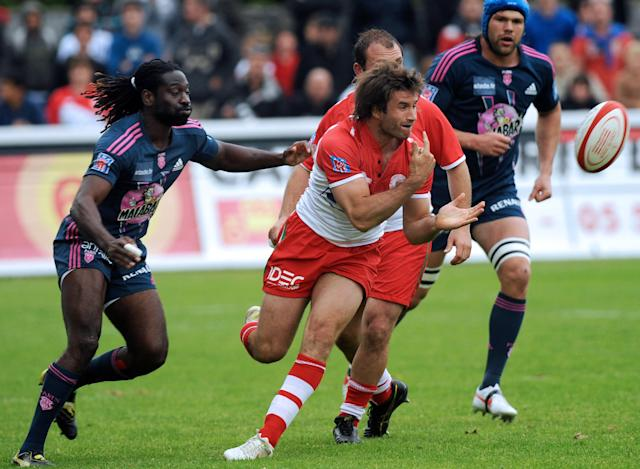 Biarritz's full-back Marcelo Bosch (R) passes the ball during the French Top 14 rugby union match Biarritz vs Stade Français at the Aguilera stadium in Biarritz, southern France, on May 12, 2012. AFP PHOTO / GAIZKA IROZGAIZKA IROZ/AFP/GettyImages