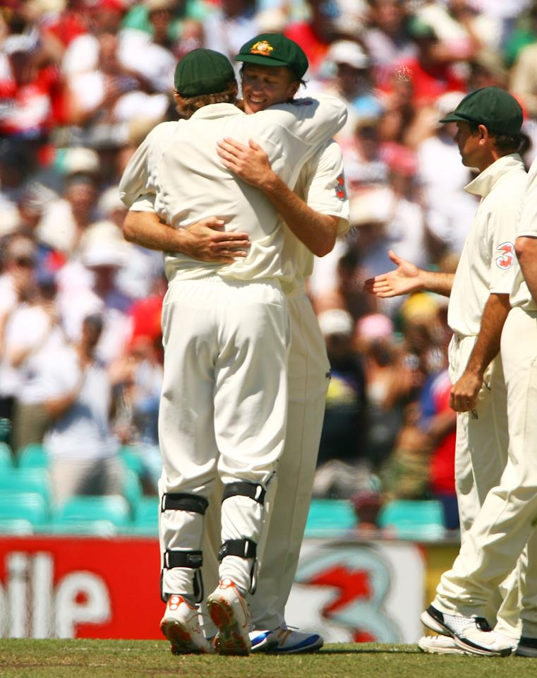 SYDNEY, AUSTRALIA - JANUARY 05:  Glenn McGrath of Australia is hugged by team mate Adam Gilchrist after McGrath's last test match on day four of the fifth Ashes Test Match between Australia and England at the Sydney Cricket Ground on January 5, 2007 in Sydney, Australia.  (Photo by Tom Shaw/Getty Images)