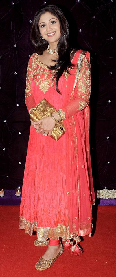 Shilpa's wearing a gorgeous tomato red crushed anarkali with jootis. Love the look. Wear this to a mehendi function.