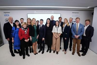 President Volodymyr Zelensky (center) joins the Ukraine House Davos Organizing Committee and sponsors (PRNewsfoto/Ukraine House Davos)