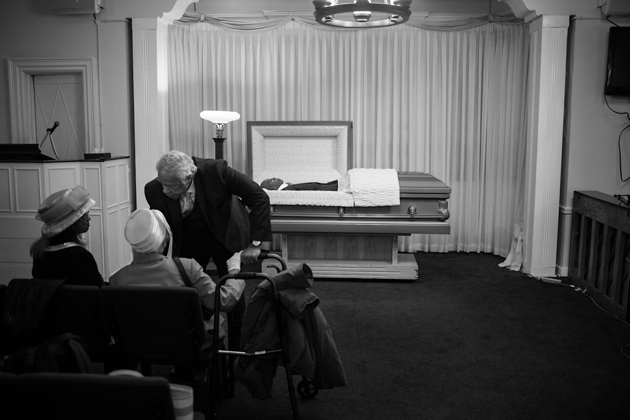 <p>Spencer Leak Sr. meets with a family ahead of a funeral at Leak and Sons. (Photo: Jon Lowenstein/NOOR for Yahoo News) </p>