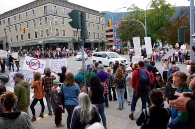 A protest in Nelson against the provincial vaccine card mandate on Sept. 1 drew hundreds. (Bill Metcalfe/ Nelson Star - image credit)