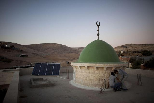 <b>DAREJAT, ISRAEL:</b> Photovoltaic solar panels provide electricity to a mosque in the Bedouin Arab village of Darajat in Israel's Negev desert.