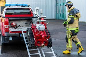 Loading Fumo on a pickup truck. The picture shows how compact Fumo is and also easy to handle. Competing solutions are normally much larger and requires special solutions for the transportation.