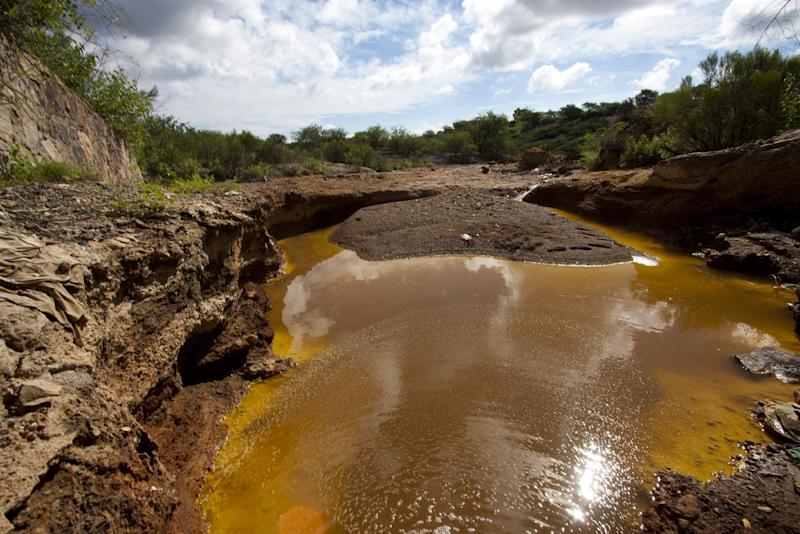 """A water drain in the surroundings of the """"Buena Vista"""" copper mine, in Cananea community, Sonora state, Mexico on August 13, 2014 (AFP Photo/Hector Guerrero)"""