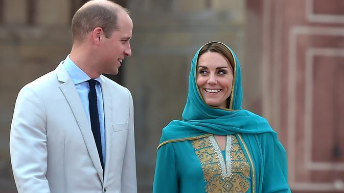 Pangeran William dan Kate Middleton mengunjungi Masjid Bahashi yang bersejarah di Lahore, Pakistan, Kamis (17/10/2019). (Photo by AAMIR QURESHI / AFP)