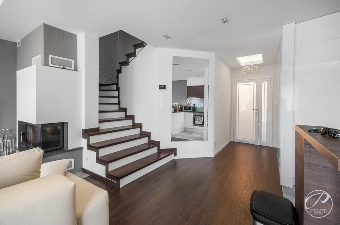 """<p>This open-plan layout, which seamlessly integrates a foyer, hallway,<a rel=""""nofollow"""" href=""""https://www.homify.co.uk/rooms/stairs"""">staircase</a>, kitchen and dining area (on the right), as well as a<a rel=""""nofollow"""" href=""""https://www.homify.co.uk/rooms/living-room"""">living room</a> / TV lounge (on the left), beautifully manages to combine an assortment of elements and fixtures without making the end result seem the least bit cluttered.</p>  Credits: homify / Progetti Architektura"""