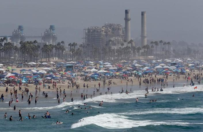 HUNTINGTON BEACH, CA - SEP. 5, 2020. A Labor Day weekend crowd descends on Huntington Beach as a heatwave grips Southern California, with valley and inland temperatures reaching high into the triple digits on Saturday, Sept. 5, 2020. Extreme heat health advisories and red flag fire warnings are in effect through the holiday. (Luis Sinco / Los Angeles Times)