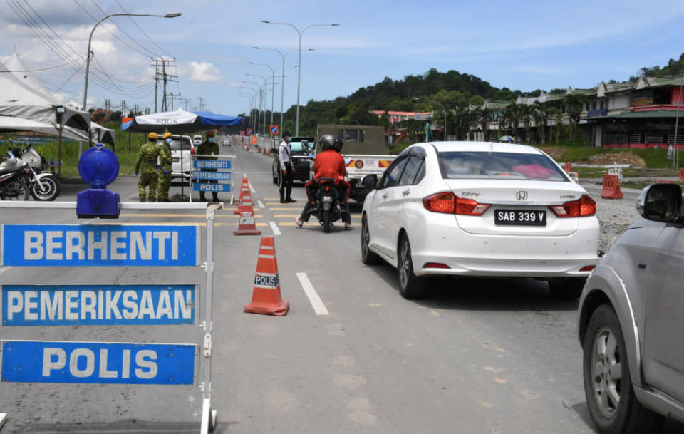 Sabah Covid-19 spokesman Datuk Masidi Manjun said that all the districts within the zones had to reach the same target in order for the government to lift the current interdistrict travel ban. — Bernama pic