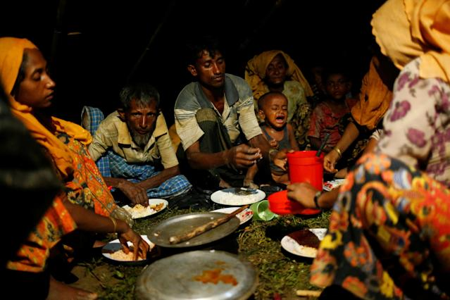 <p>Rohingya refugees have a dinner at a makeshift shelter near Gundum in Cox's Bazar, Bangladesh, Sept. 3, 2017. (Photo: Mohammad Ponir Hossain/Reuters) </p>