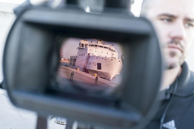 <p>A television crew captures the arrival of a ship from the Italian Coast Guard. (Photo: José Colón for Yahoo News) </p>