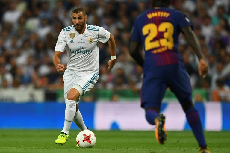 Real Madrid's French forward Karim Benzema controls the ball during the second leg of the Spanish Supercup football match against Barcelona August 16, 2017