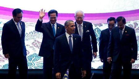 U.S. President Barack Obama (C) walks down from the stage with Malaysian Prime Minister Najib Razak (center R) after a family photo with ASEAN leaders after the US-ASEAN meeting at the ASEAN Summit in Kuala Lumpur, Malaysia, November 21, 2015. REUTERS/Jonathan Ernst